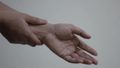 Немеет правая кисть руки что делать в домашних условиях 23
