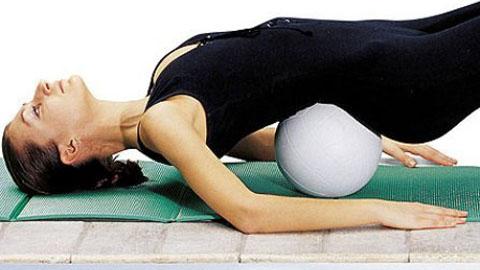 девушка выполняет упражнение для спины